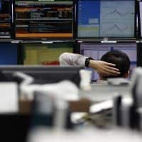 Asia stocks slip, risk aversion grips for US debate