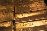Gold near 2-1/2 week high; poised for best week in a month
