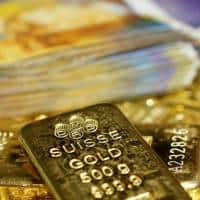 Gold edges up,but stays near 7-week low on Fed rate hike outlook
